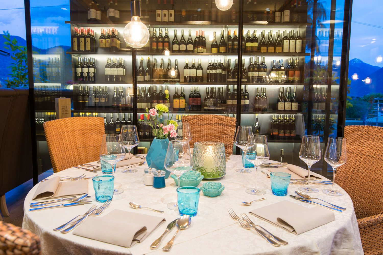 gedeckter Tisch, Abendstimmung, Weinregal