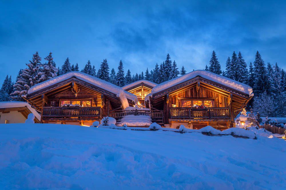 Außenaufnahmen bei Dämmerung der schneebedeckten Promi Alm, Werbefotos