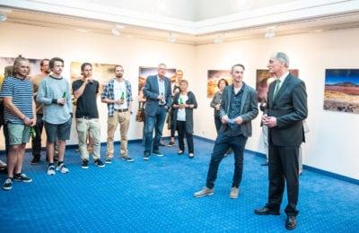 Impressionen der Fotoausstellung in Radstadt, Besucher betrachten die Bilder